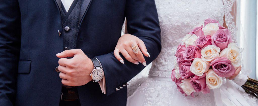 Conjoints se tenant le bras lors de leur mariage