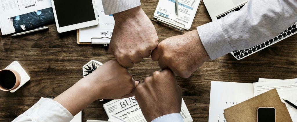 mouvement de groupe fédérateur poings contre poings
