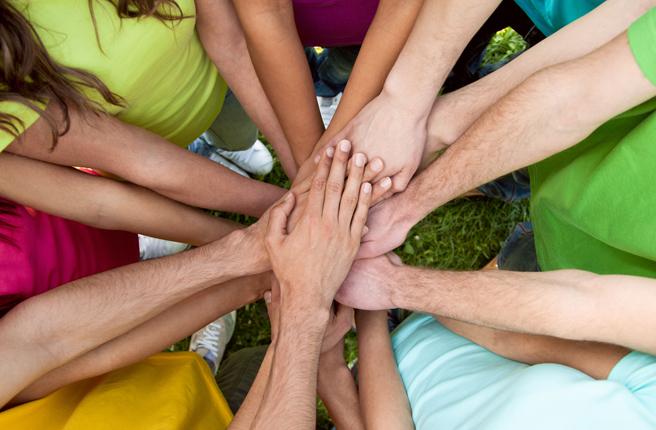 mouvement de groupe fédérateur mains les une en dessous des autres